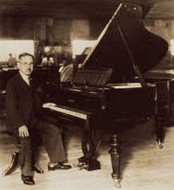 Коичи Каваи основатель компании за роялем KAWAI.