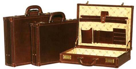 Современные дорожные сумки могут быть изготовлены из натуральной или...