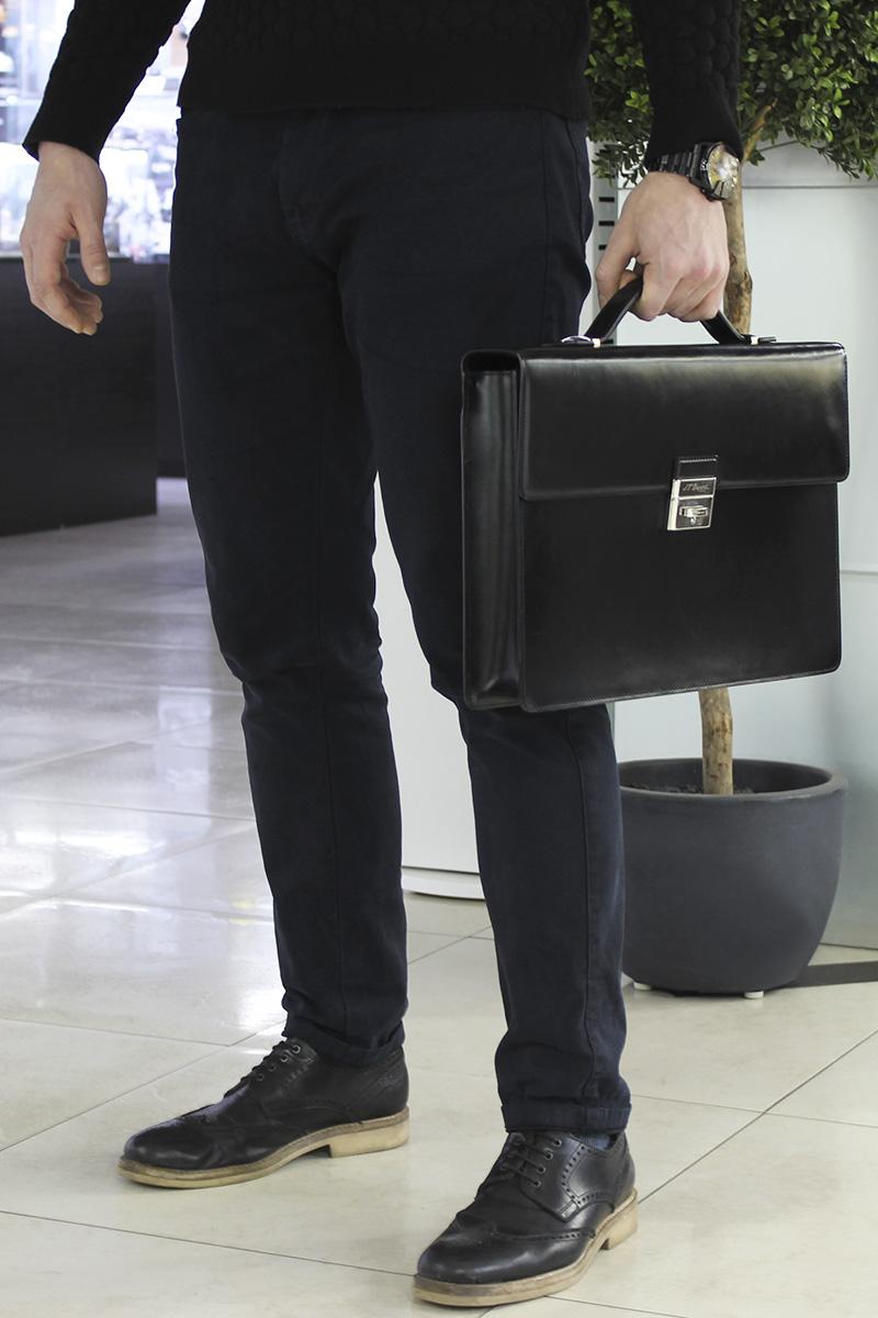 b8077b72b881 Если вы носите с собой преимущественно документы и лёгкий планшетный  компьютер, вам подойдет кожаный портфель или мужская кожаная сумка на двух  ручках.