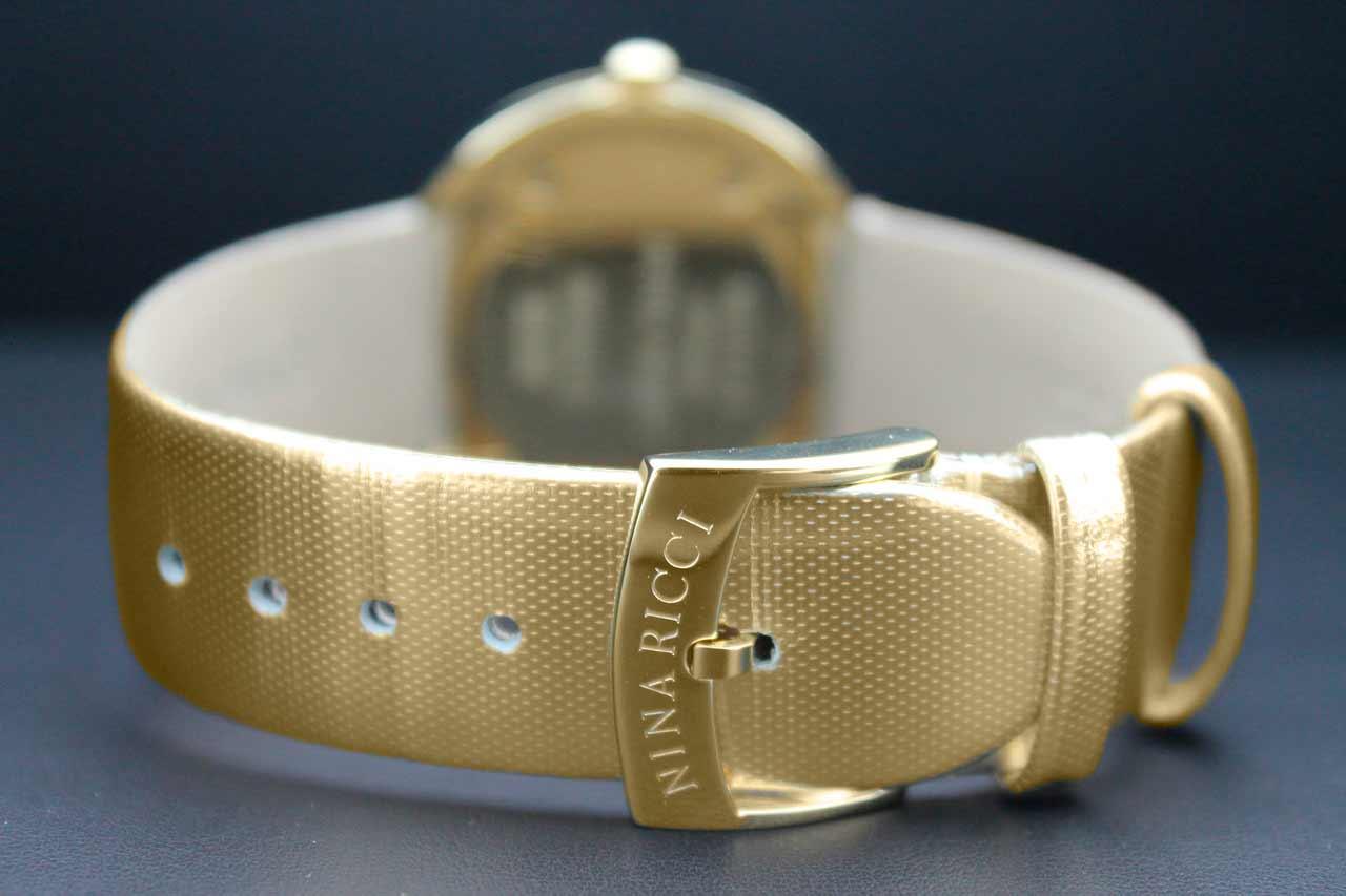 Кожаный ремешок с особой перфорацией, как и положено настоящим гламурным часам - золотой