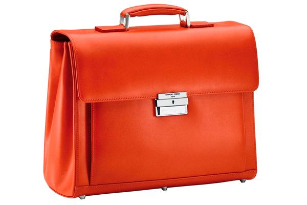 a625594cc2bb Кроме того, возможен вариант молодёжного портфеля на плечевом ремне - такое  решение выглядит как сумка-портфель с ручкой. Ещё одна вольность,  свойственная ...