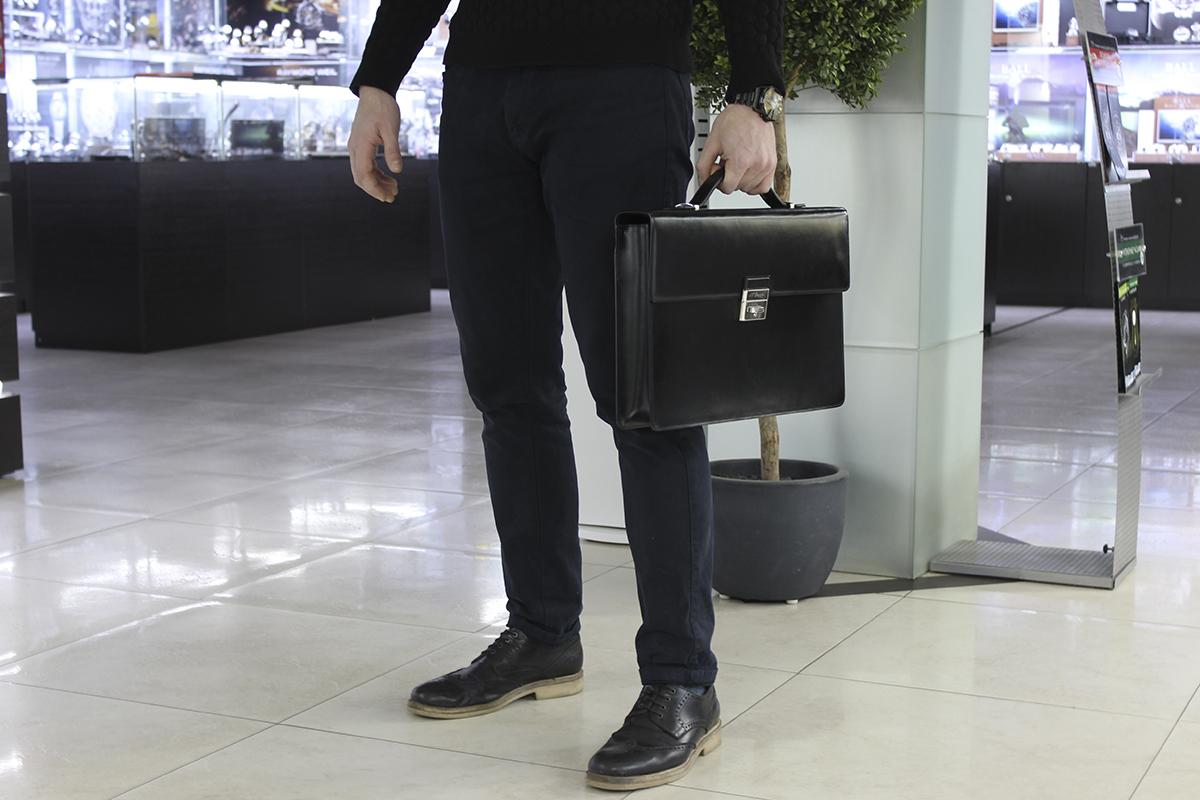 bfac0a59a379 Скруглённые уголки и наличие накладных карманов — отличительные черты мужских  портфелей повседневного стиля. Повседневные решения могут выглядеть более  или ...