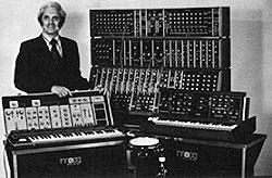 Роберт Муг (Robert Moog) с прервыми модульными синтезаторами MOOG