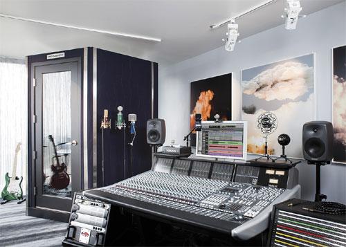 Оформление студии акустическими системами Genelec.