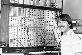 Дейв Россум рядом с синтезатором E-mu Modular